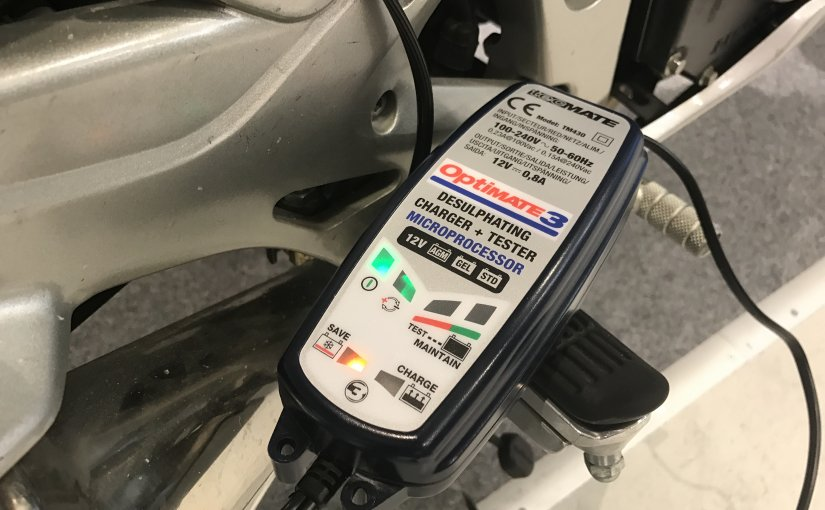 Optimate acculader aansluiten op de motor
