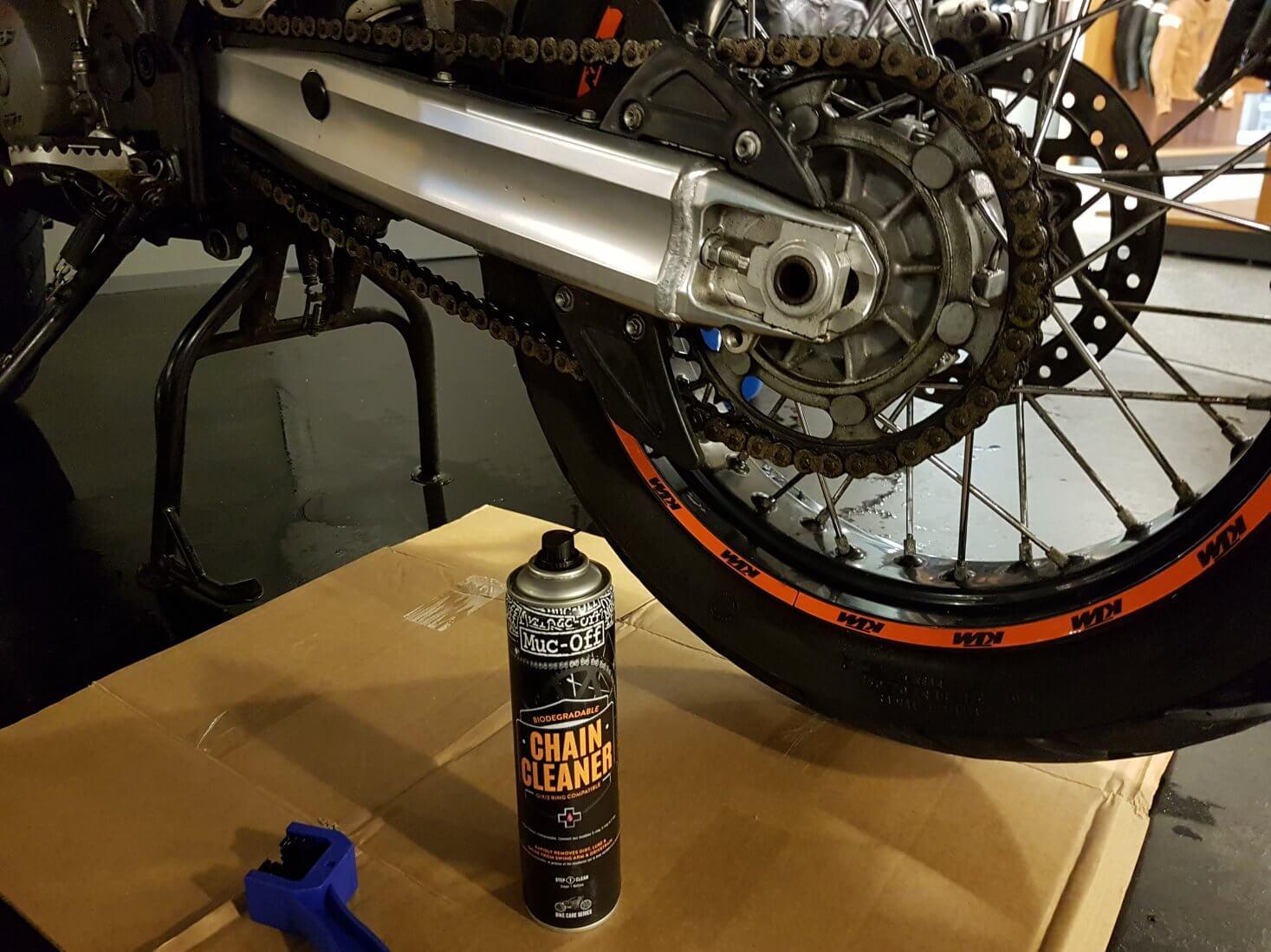motorketting schoonmaken met chain cleaner