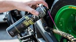 hoe smeer ik mijn motorketting met kettingspray