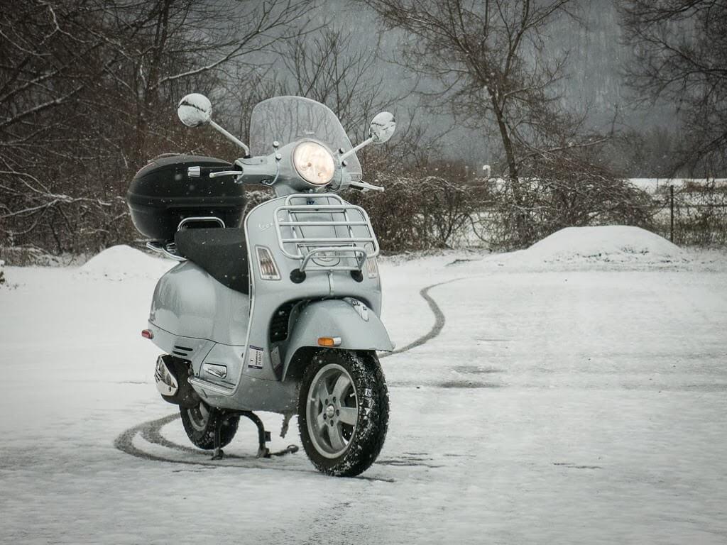 warm op de scooter vespa