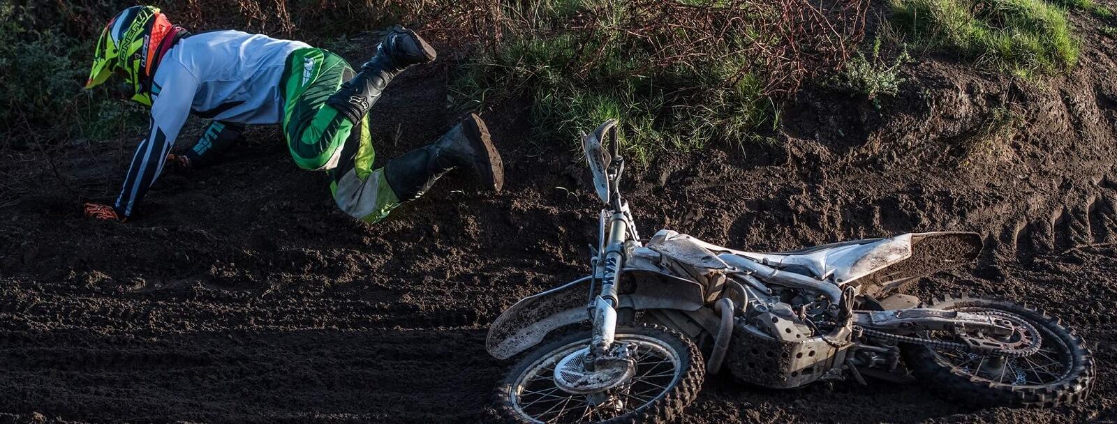vallen door een schrikreactie motorrijders