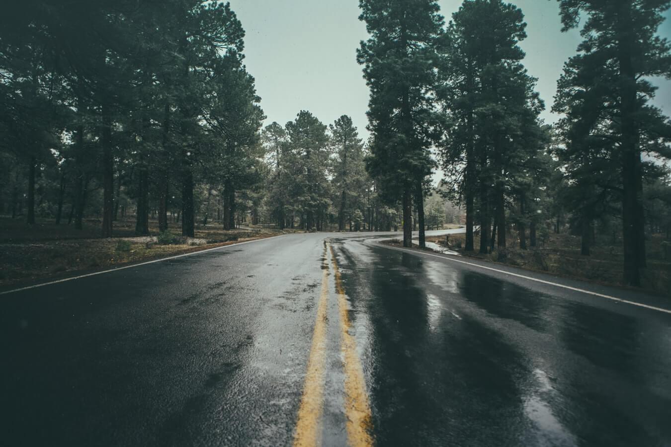 Motorrijden in de regen glad asfalt